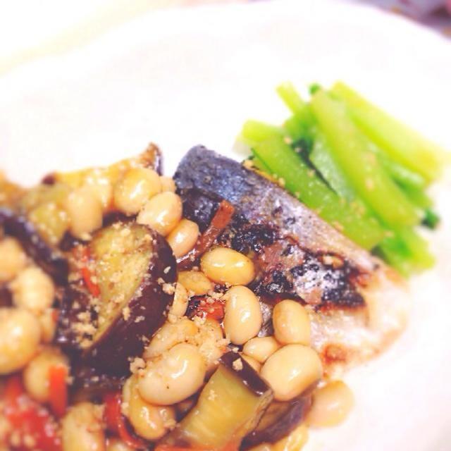 大豆、なす、人参をとろみを付けて炒めたら、味が濃かったのであんかけにしちゃいました( ̄▽ ̄) それにしても、私はしいらが嫌いです。笑 - 7件のもぐもぐ - しいらの大豆あんかけ by snjooon