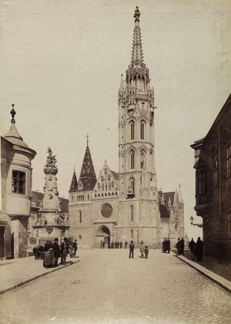 Szentháromság tér és a Mátyás-templom a Szentháromság utcából nézve. A felvétel 1896-ban készült. A kép forrását kérjük így adja meg: Fortepan / Budapest Főváros Levéltára. Levéltári jelzet: HU.BFL.XV.19.d.1.08.053