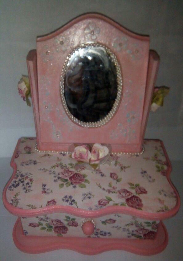 Joyero con espejo decorado con decoupage, flores, perlas, stencil, craquelado.