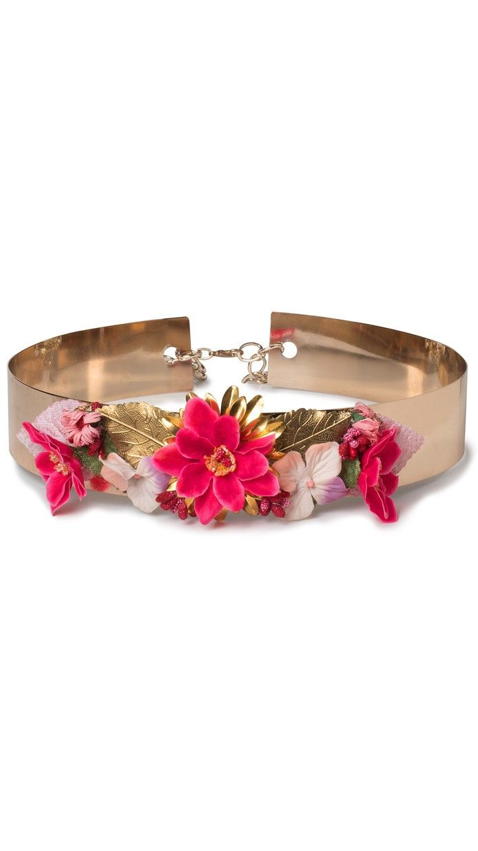 DRESSEOS - Cinturón joya ancho de metal dorado con flores fuxias y apliques florales de metal disponible en alquiler on-line.