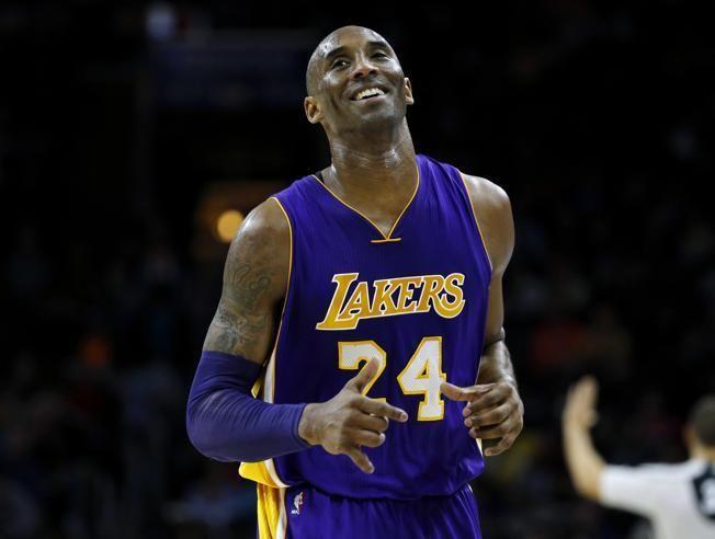 El legendario jugador de los Lakers, Kobe Bryant, se mantiene por mucho como el más votado para el All Star 2016, seguido por Stephen Curry, quien se llevó las portadas noticiosas por la exitosa temporada que hasta el momento han tenido los Golden State Warriors. Bryant y sus 719 mil 235 votos llevan la delantera…