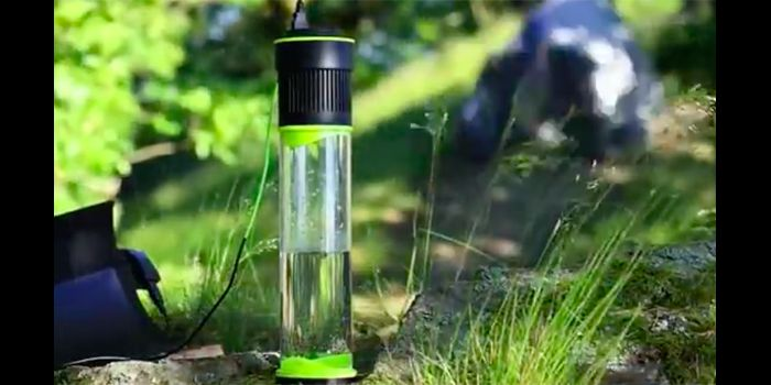 空気から水を作ってくれるという魔法のような自己充填ウォーターボトル「Fontus」が話題になっている。 1時間で0.5リットルの水を生成 空のボトルを持ち歩いるだけで、1時間で0.5リットルの水を空気中から生成してくれるという。 黙ってボトルを置いているだけなのにみるみる水が溜まっていく様子は以下のとおり。