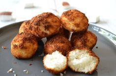 In echte kokosmakronen zit veel suiker en bloem. Niet heel gezond dus. Er is een makkelijker en gezonder recept. En dat is deze. Mager door de eiwitten en suikervrij omdat er alleen maar agave siroop in zit. Hier kan je ongegeneerd van snoepen dus! Je...