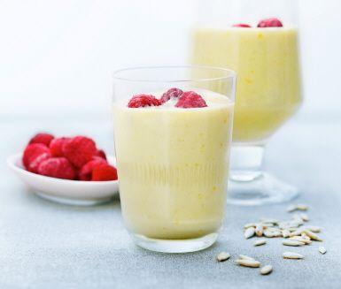 Fräsch smoothie med fryst mango, färskpressad apelsinjuice, fryst avokado och en handfull solrosfrön. Avokadon ger mättnad som varar länge. Mixa allt och avsluta med några frysta hallon som isbitar.