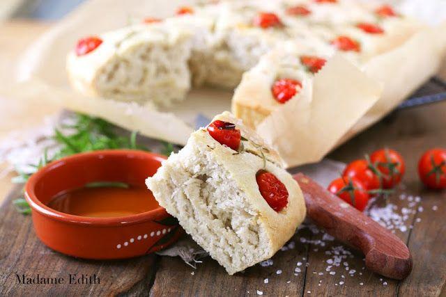 Focaccia to pieczywo pochodzące z półnycnych Włoch. Jest znakomitą przekąską, dodatkiem do dań, a także bazą na kanapki. W najprostszej wersji robi się ją tylko z solą i smaruje oliwą. Osobiście najbardziej lubię ją z rozmarynem i pomidorkami koktajlowymi lub czarnymi oliwkami. Focaccia – składniki: /na blaszkę 24 x 30 cm/ 500 g mąki pszennej …
