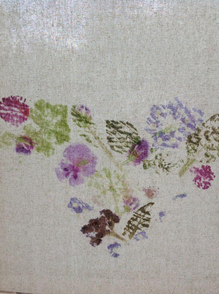 Pressatura con fiori e martello