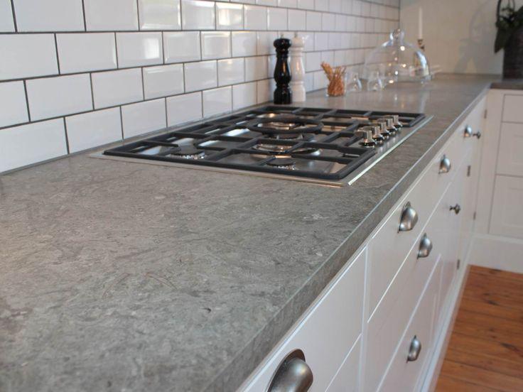 Bänkskivor av Ölandssten, som är en svensk kalksten, är populära i kök på grund av dess goda hållbarhet. Fossiler och andra inslag gör materialet levande.