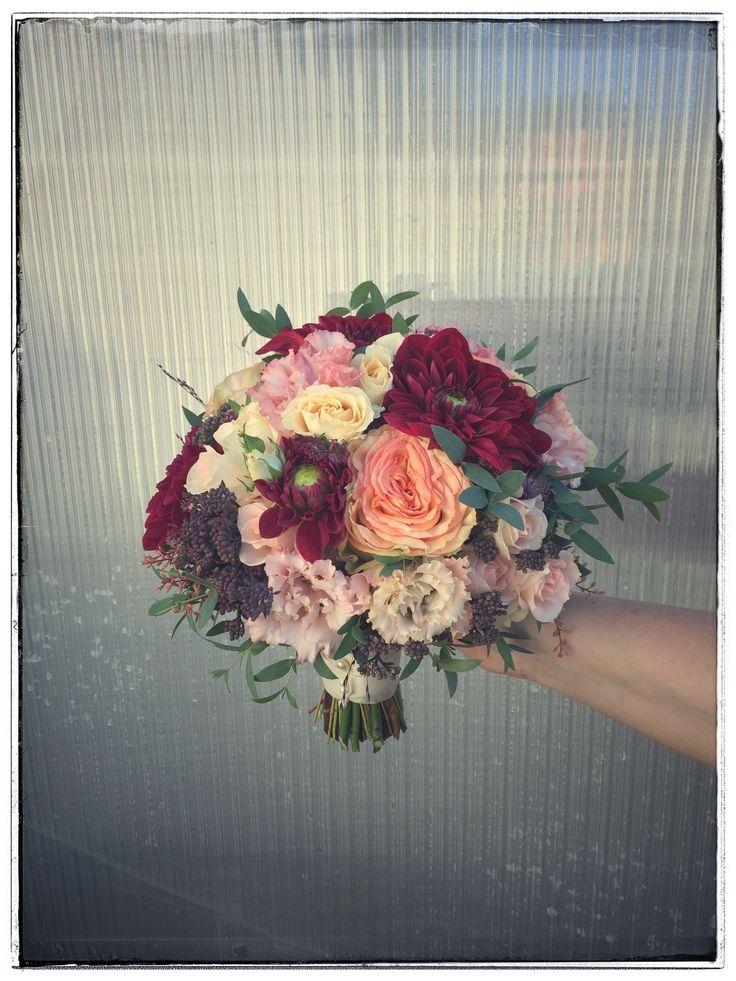 Varm, sval og romantisk brudebukett i fersken , kvitt, burgunder og dus rosa