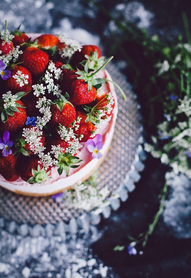 Midsommartårta | Linda Lomelino Midsummer cheesecake with strawberries @Linda Bruinenberg Lomelino