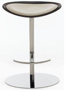 Tray stool. La COLLEZIONE TRAY  è costituita da un volume geometrico semplice ed armonioso ottenuto modellando sapientemente  il legno multistrato. Il confortevole cuscino in cuoio ne esalta le curve leganti.