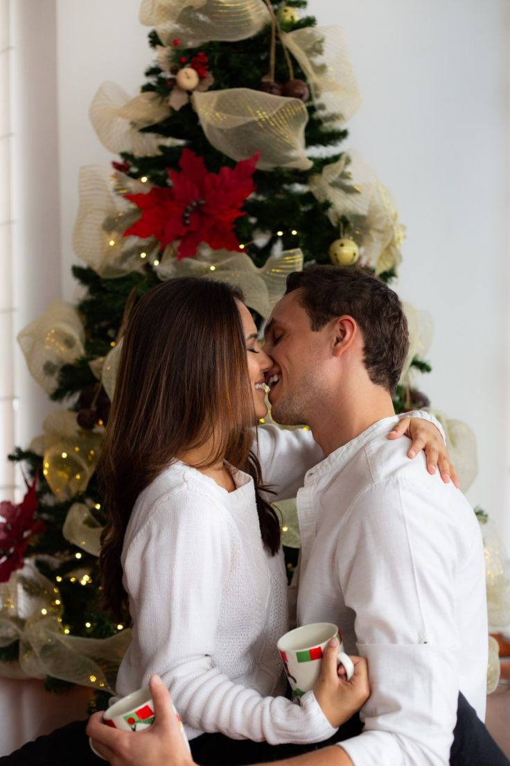 Christmas couple picture taken from instagram: andreas book #Christmas #cozy #photoshoot #goals #couple #ChristmasTree #Love