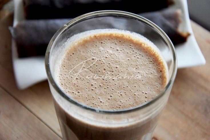 POHÁNKOVÉ SMOOTHIE (1 šálka mandľového mlieka, 1 PL kakaa, 1-2 ČL škorice, 3 datle, 3 PL naklíč. svetlej pohánky)