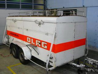 Katastrophenschutz-Anhänger  Hersteller: EMRO / DMST  Typ: Eigenumbau  Inbetriebnahme: Juli 1980  Maße, Gewichte  Länge: 5200 mm  Breite: 1830 mm  Höhe über alles: 1850 mm  Leergewicht: 1535 kg  Zul. Gesamtgewicht: 1600 kg  Anhängerzugvorrichtung: Maul und Kugel  Bremssystem: Auflaufbremse