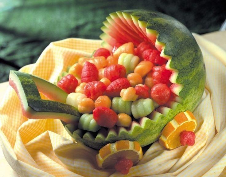 sculpture de pastèque pour anniversaire enfant - landau original rempli de fruits glacés