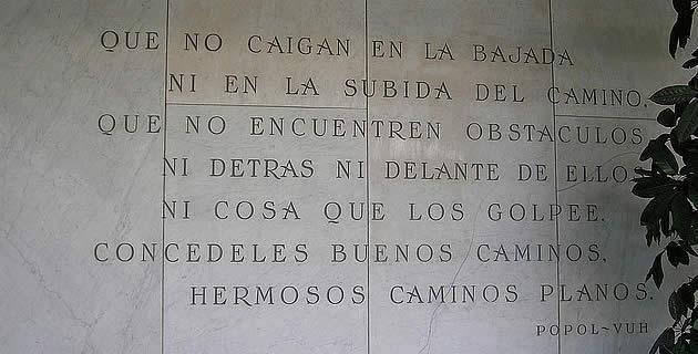 Popol Vuh. Este texto fue el libro tradicional de los indios que habitaban en la región del quiché, en Guatemala, cuyo origen, como el de los pobladores de la península de Yucatán, era por supuesto maya.