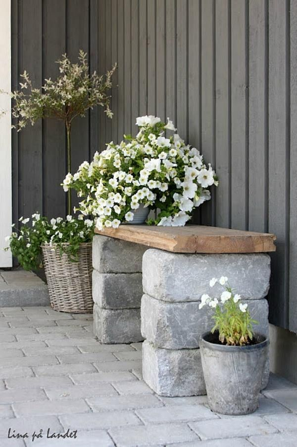 zelf een tuinbankje maken, met 6 mooie stenen en een oude houten plank.... Super!!!!!