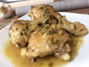 Ingredientes para 4 personas: 1 pollo Sal Pimienta molida 1 cabeza de ajos 4 o 5 cucharadas soperas de aceite 750 ml d...