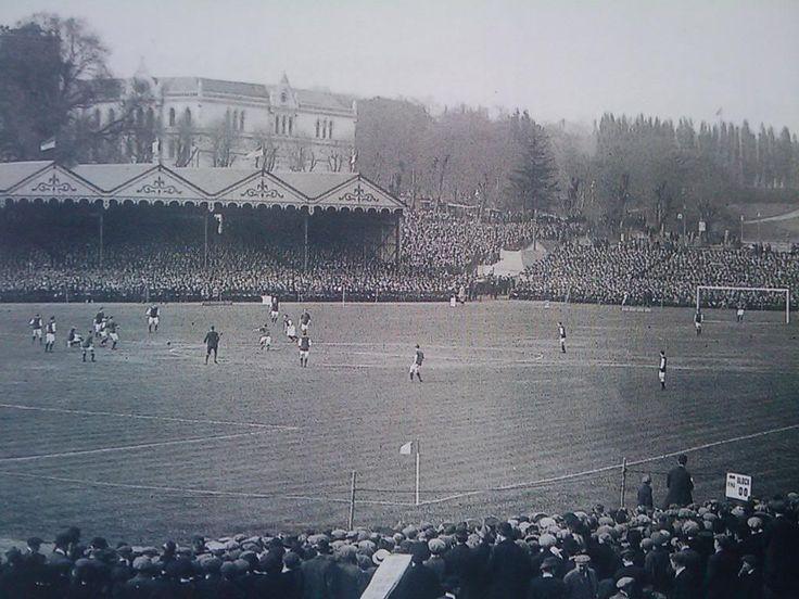 """Crystal Palace Stadium, Londres, final de la """"FA CUP"""" 1914, entre los clubes Burnley F.C.(playera oscura mangas blancas) Vs Liverpool F.C.(playera obscura ) ganadola """"The Clarets"""" por 1-0"""