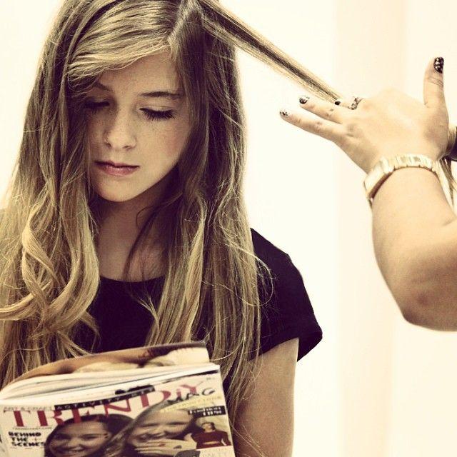 Karyanne waits patiently reading a Trendiy Art magazine!Karyanne attend patiemment en lisant un magazine