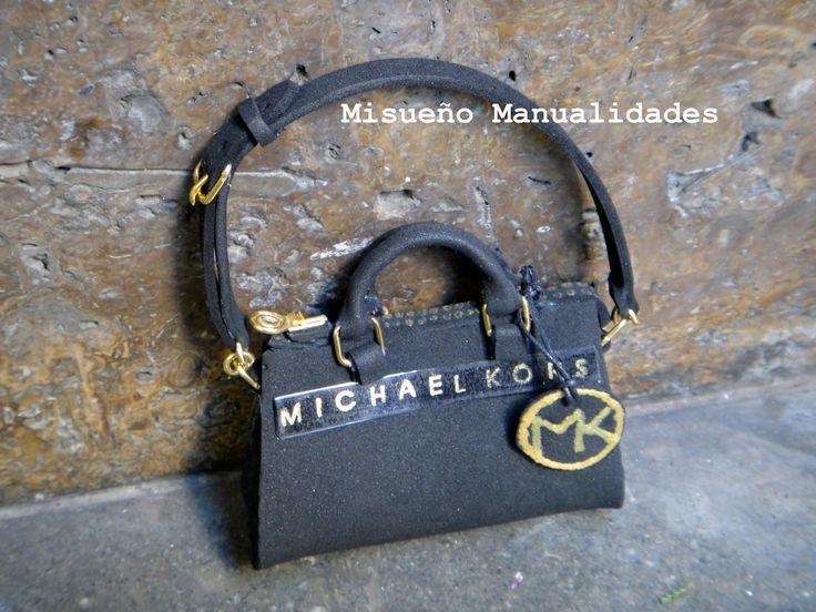 Bolso de Michael Kors en miniatura, todo hecho  en goma EVA menos las hebillas. www.misuenyo.com / www.misuenyo.es