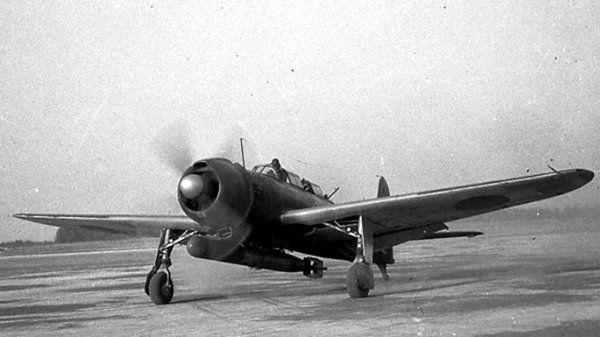 天山 中島製の艦上攻撃機。 1943年から配備が始まり、同年末のブーゲンビル島沖航空戦で初陣を飾った。しかし、戦力を増した米軍により翌年のマリアナ沖海戦では大損害を被り、その後も苦戦を強いられた。 戦争末期には特攻機として出撃した。