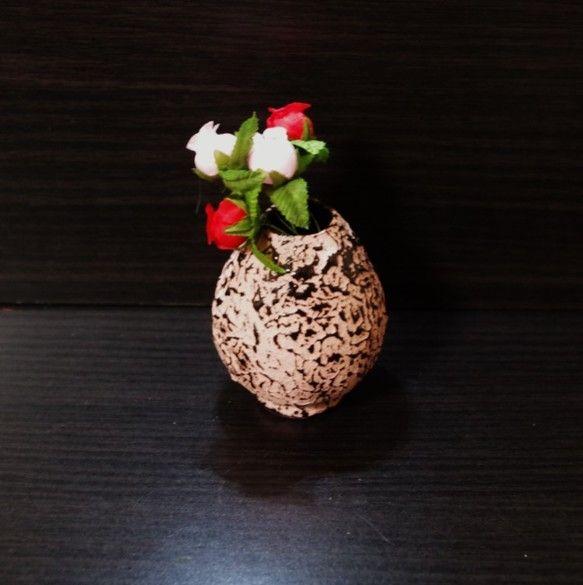 夢卵-ユメタマゴ-卵型の一輪挿しです。表面のテクスチャーはデコボコで、恐竜の卵を彷彿させます。ピンクのカラー粘土のデコボコの上に、黒い釉薬が斑に模様を描きます...|ハンドメイド、手作り、手仕事品の通販・販売・購入ならCreema。