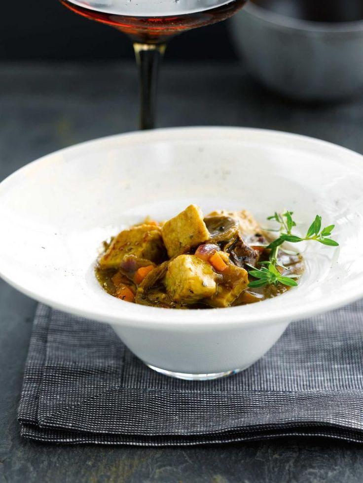 Bereiden:Indien je droog eekhoorntjesbrood gebruikt, laat je deze een half uur weken. Snijd de paddenstoelen grof. Snijd de wortel, ui en knoflook fijn.Bak de blokjes quorn in wat boter goudbruin, haal ze uit de pan en zet opzij. Stoof nu in dezelfde pan het eekhoorntjesbrood met de wortel, ui en knoflook.Voeg de bloem en bouillon toe en roer tot er een lichtbruine saus ontstaat.Schep de quorn bij de saus, voeg laurier en tijm toe en laat het geheel 15 minuten sudderen tot alle smaken…