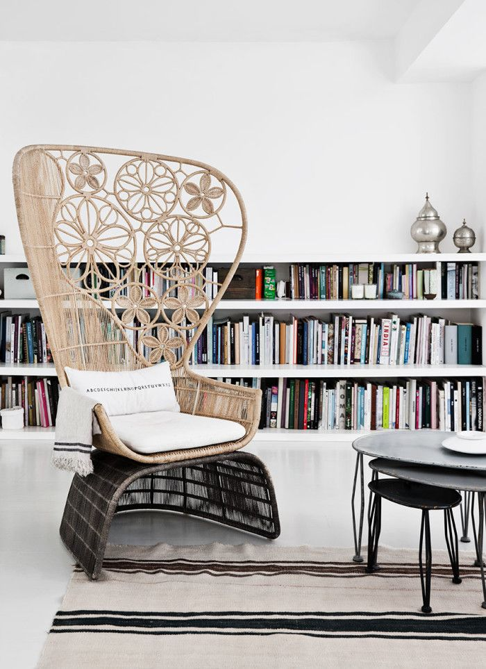 reading corner - rincon de lectura http://www.alquimiadeco.com/2016/09/blanco-puro-para-una-casa-de-ensueno.html