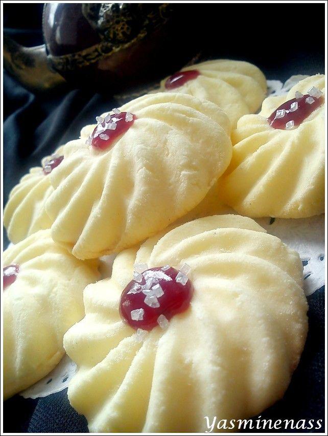 Salam alyakoum/bonjour, Encore une petite douceur orientale qui me provient de mon amie Oumleila (Halawiyat Maghribiya), une recette qui a fait couler beaucoup d'encre sur le forum P'tits bonheurs pâtissiers alors c'est normal que j'ai aussi testé. Voilà...