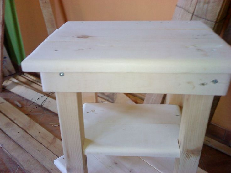 Tiny pallet bedside table pallet ideas a project for Bedside cabinet ideas