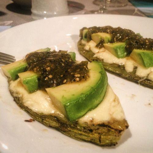 :D Nopal asado + quesillo + aguacate + salsa de tomatillo = cena light  _______ Grilled cactus + quesillo + avocado and tomatillo salsa = light dinner  #nopal #mexicanfoodporn