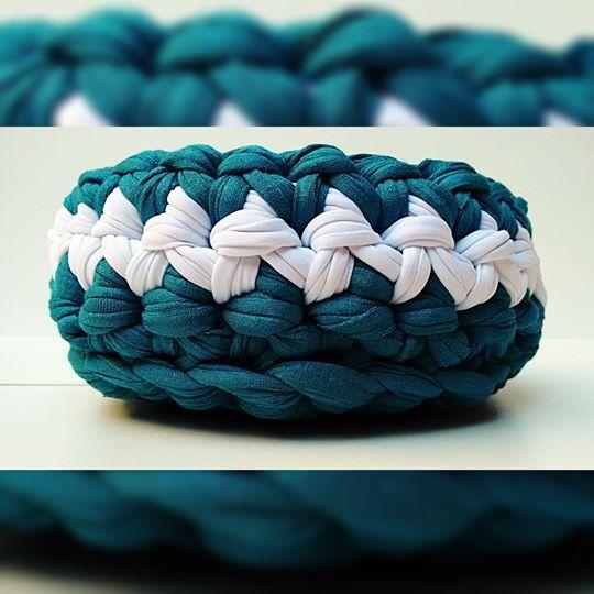 Cesto de crochê com fio de malha, feito a mão. Ideal para organizar chaves, remédios e pequenos objetos. Dimensões (Diâmetro x Altura): 15 cm x 8 cm. Feito sob encomenda.