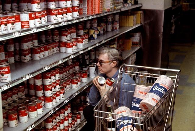 Andy Warhol em lojas de supermercados Gristedes perto de sua fábrica 47 Silver Street  em Nova York em 1965  http://www.slate.com/blogs/behold/2012/10/12/jane_fonda_cooking_andy_warhol_shopping_marilyn_cleaning_and_other_magnum.html