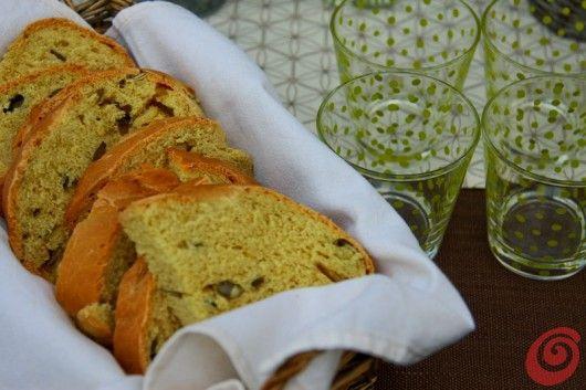 Il pane verde con olio e semi di zucca per la tavola apparecchiata estiva pumpkin bread