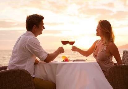 Zamilovaný pár u stolu u moře, Foto: ©SAMphotostock/EpicStockMedia