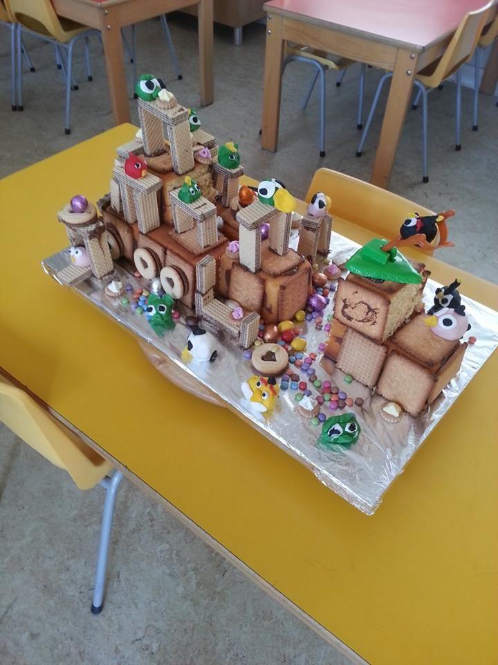 Huishoudelijke activiteit met koekjes, cake, suikerpasta