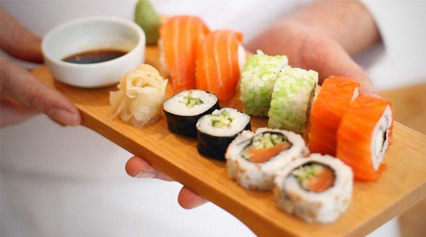 Na arte de preparar sushi, não vale usar pauzinhos mas um workshop ajuda em muito a desvendar os seus segredos! Apresentar à mesa peças de sushi preparadas por ti é mais fácil do que parece! E ainda que não dispenses uma ida ao japonês, fazer sushi em casa é um luxo a que te podes dar agora! Surpreende quem mais gostas com uma refeição diferente!!!  Aprende a preparar sushi na Orienta-te, num workshop com uma duração de 4 h onde vais dominar a cozinha nipónica.   Conteúdos:  - Breve História…