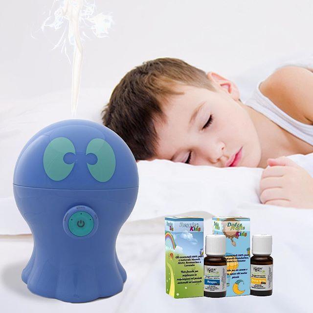 """È arrivato il grande freddo! ⛄️❄️ Anche il tuo bambino è raffreddato, non riesce a respirare e a dormire bene? Regalagli sonni tranquilli grazie all'aromaterapia e ai suoi benefici naturali, con l'aiuto dei simpatici #polipini umidificatori e diffusori di aromi per i piccini!  Scopri sul nostro sito le sinergie di  oli essenziali naturali """"dolce notte"""" e """"respiro Kids""""! (Link in bio)  #adottaunpolipino #aromaterapia #oliessenziali #umidificatore #rimedinaturali #raffreddore #diffusore…"""