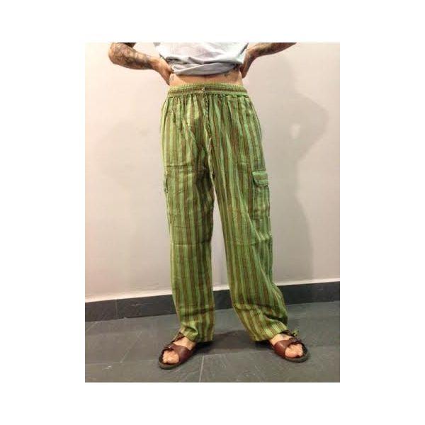 Pantalón hippie a rayas largo de algodón 100% natural hecho en Nepal. LLeva cuatro bolsillos, dos de ellos a medio muslo a los lados con cierre de botón de coco. Pantalón hippie de rayas de hombre o unisex en tonos verdes.