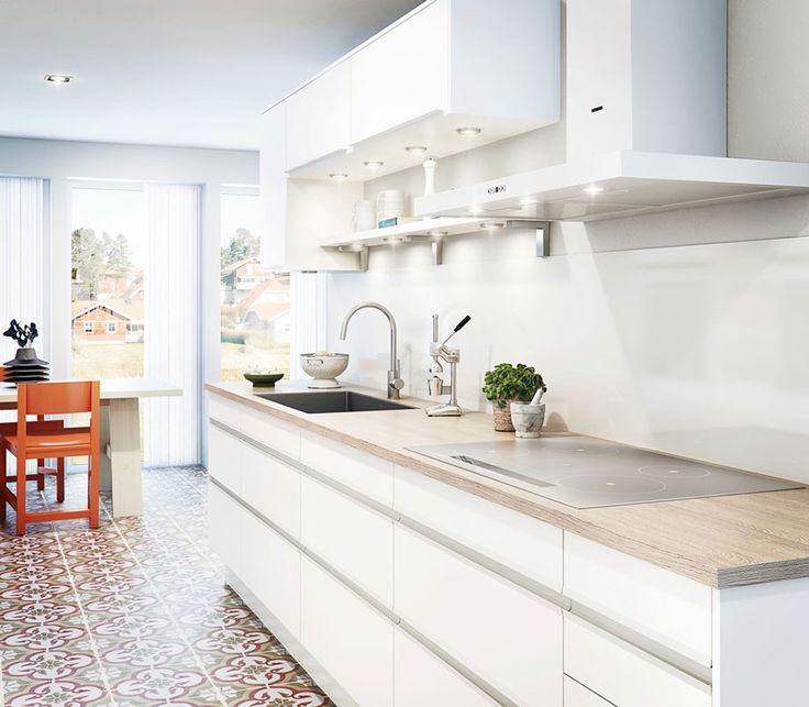 Hvitt kjøkken med heltre benk.