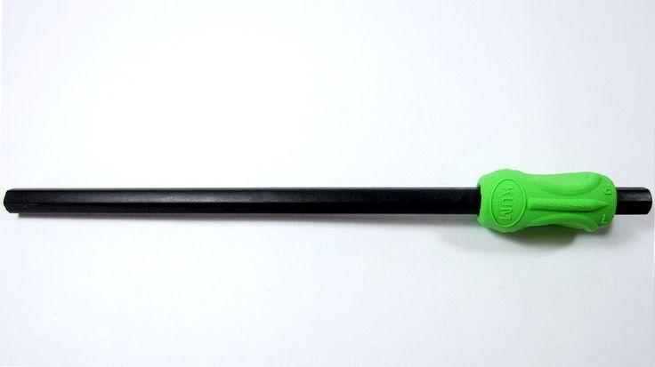Adaptador de caucho para lápiz marca Kum Sattler para zurdos  Adaptador de caucho para lápiz marca Kum Sattler para zurdos Tiene un diseño innovador que cuidadosamente guía a los dedos a la posición ergonómica correcta, para escribir. Funciona con lápices, marcadores, esferográficos, pinceles, etc.