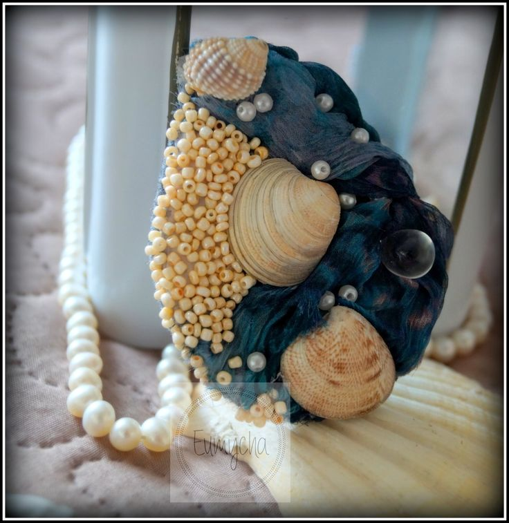 Broszka wykonana z jedwabnego szyfonu, muszelek i koralików...taka mała tęsknota za latem