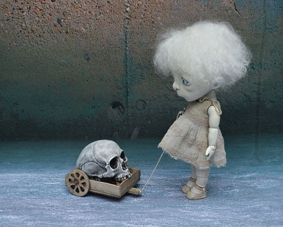 Giclee Fine Art Print. Ruelle sombre BJD Art Doll avec un crâne.