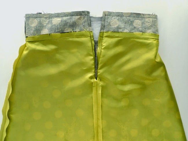 Want to add a lining to your homemade skirt? This is the super simple method I used for attaching a lining to my Echino Stag Delphine S...