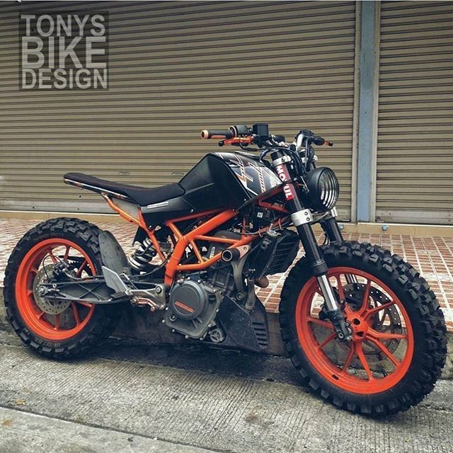 KTM Duke looking great. Dont normally post these types of builds but it looks awesome! #kaferacers ------- Would you ride this? Rate 1 to 10! ------- Via @tonys_bike_design ------- Follow @kaferacers for daily images ------- #ktm #ktmduke #ktmduke390