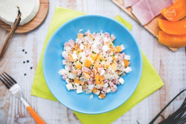 L'insalata di riso con prosciutto e melone unisce due ricette ideali per l'estate, ed è un piatto fresco e saporito, un'esplosione di colori e gusto!