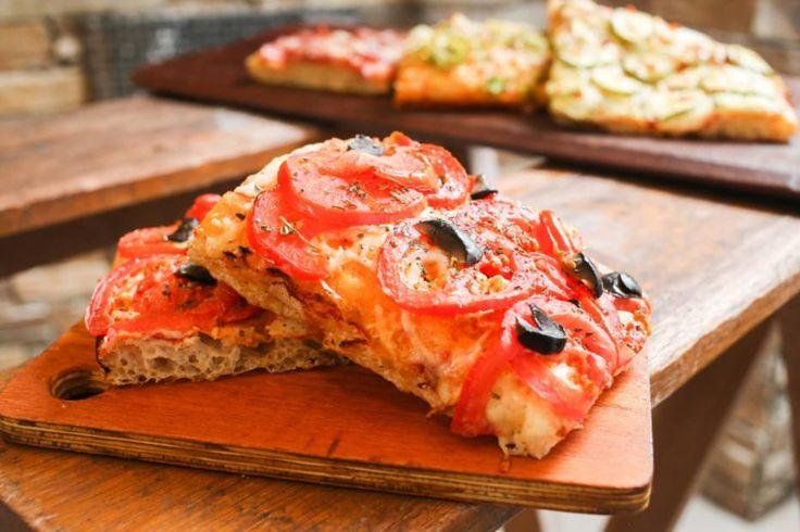 Focaccia com azeitonas e tomates
