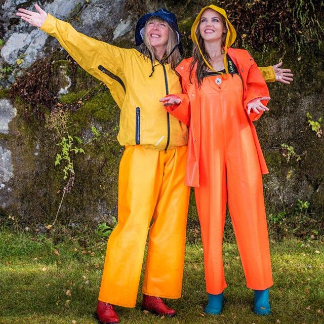 Mor og datter priser regnet :-) #norskvær #fornybarfremtid #regn #oljehyre…