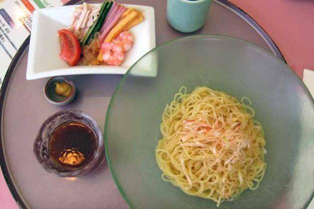東京の弊社社員食堂で出る「いわゆる冷やし中華」は典型的な社食バージョンである。食券を渡すと冷凍中華めんをお湯で温めて冷水にさらし皿にあける。そこに酸味のきいたスープをかけ、はい出来上がり。 具はのっていない。具は別の小鉢で渡される。