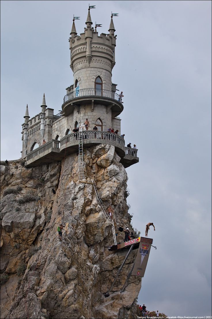 Cliff diving competition from Swallow's Nest Castle ...